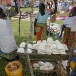 Donne al merceto che vendono farina di cassava.